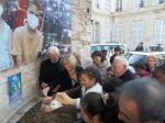 Sylvie Andrieux plante le blé de l'espérance avec les enfants du quartier.