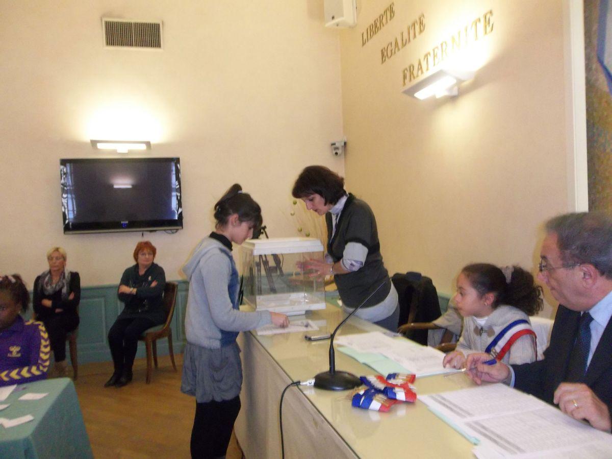 Les enfants glisse le buletin de vote dans l'urne